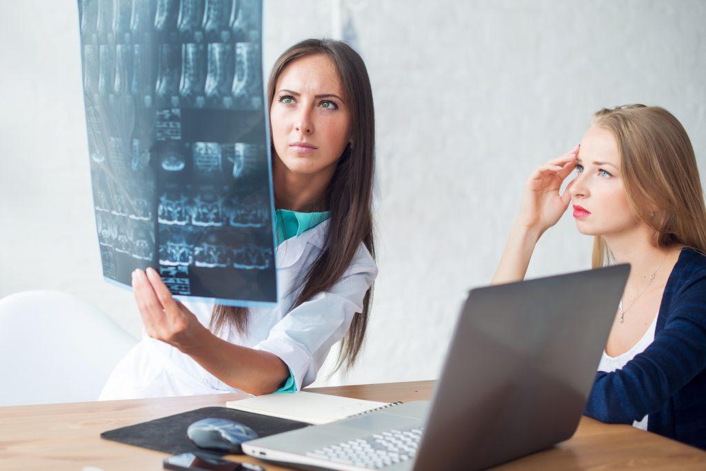 En kiropraktor i oslo som forklarer MR bilder til en pasient