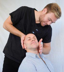 Kiropraktor behandler nakken