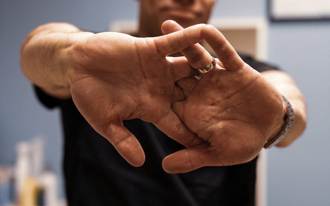 Hva er knekkelyden i ledd og er det farlig å gjøre selv?